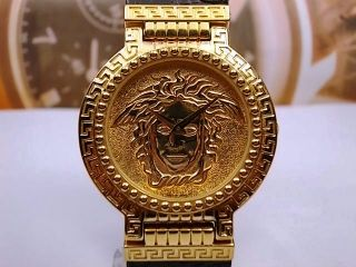 GIANNI VERSACE SIGNATURE GOLD PLAQUE QUARTZ MENS WATCH, GOLD DIAL